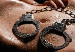 Садо-мазо девушка в железных наручниках